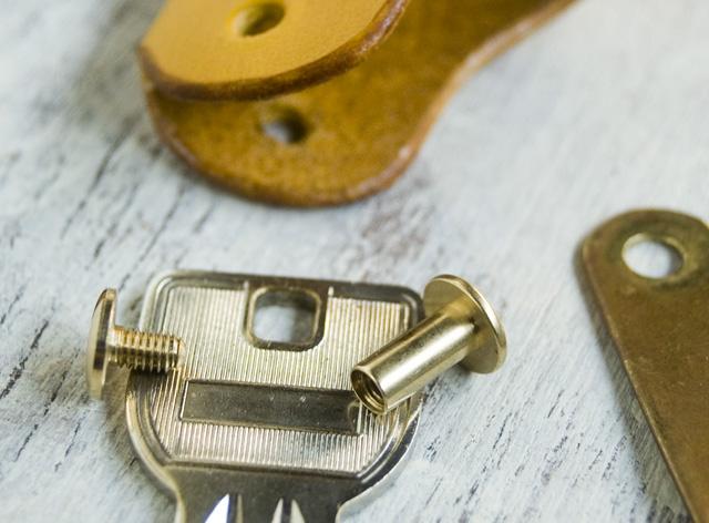 ビスを鍵の穴に通して使います