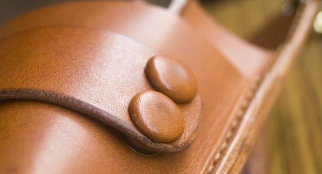 ボタンは同素材の革くるみ仕様。暖かみがあります。