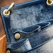 コバは丁寧に蜜蝋で磨き上げています。高級革製品の証である、捻(ネン)という縁取りを行っているところがdete製品の特徴です。繊細な仕上げが、スタイリストの品格を引き上げます。