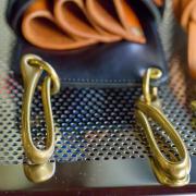 真鍮フックをベルトに引っ掛けて使います。シザーケースの着脱がとても簡単です。シャンプーやカラー時には外して施術ができて、腰に負担がかかりません。