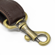 ベルトと 本体を繋ぐナスカンは、ペットのリー ド用に開発された高耐久金具を使いました。その他金具も、水に強い金具で統一しました。
